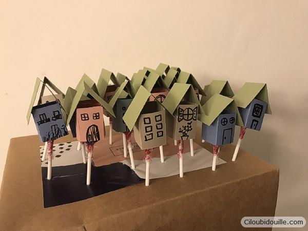 maison en papier sur sucette