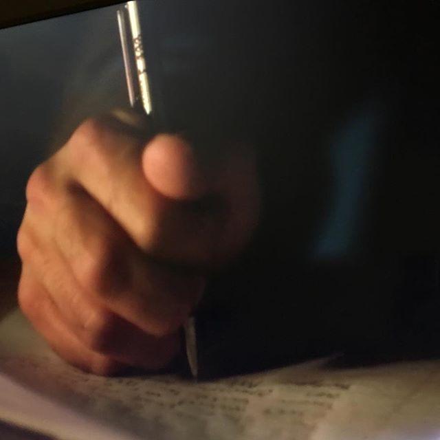 Ca fait plusieurs fois que je remarque ça dans les séries que je suis : c'est moi ou les américains tiennent leurs stylos d'une étrange manière ? J'imagine bien qu'il n'y a pas une seule manière de tenir son stylo (vu que ça fonctionne visiblement). Alors que je dis que c'est peut-être culturel ? Qu'en France on apprend à coincer le stylo entre le bout de ses trois doigts mais qu'ailleurs on apprend d'autres manières ? Vous savez vous ?