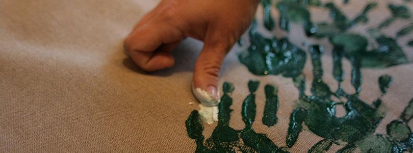 sapin avec des empreintes de mains