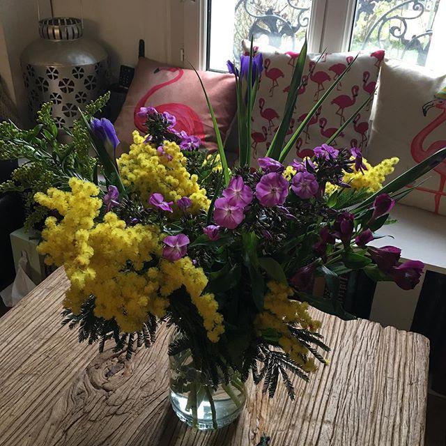 La fille qui s'offrait des fleurs