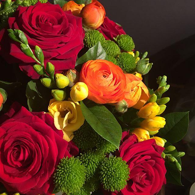 La maison est fleurie... il y a le bouquet que les enfants ont offert à leur papa dont c'est l'anniversaire aujourd'hui, les fleurs offertes par mes amis parce que je me suis croutée +++ vendredi et qu'en dehors d'une contusion bien moche à l'épaule, je suis mortifiée de ne pas avoir couru mon semi dimanche... les lys de mon mari pour la même raison et le petit pot de fleurs que Maëlle a offert à sa soeur juste pour lui faire plaisir. Sans parler de mon bouquet de la semaine dernière. Pas de doute, c'est le printemps ! #merci