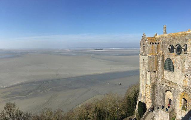Les pierres du mont-st-Michel viennent des îles de Chausey, pour plusieurs raisons : c'était plus facile de transporter les pierres par la mer + les transports étaient taxés dès qu'on traversait un domaine et ça revenait cher + les îles Chausey, haut lieu de contrebande et de piraterie pdt le moyen-âge ont été offertes aux moines du Mont-St-Michel par Richard II, duc de normandie (= pierres gratuites) #montsaintmichel #ciloubidouillesorties