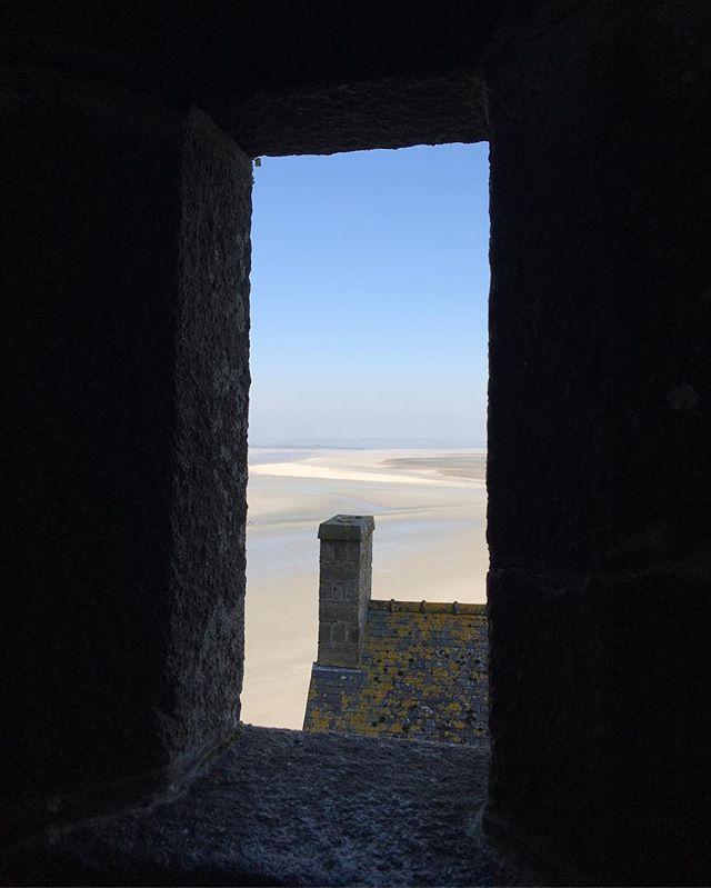 Lucarne qui ouvre sur la baie du mont-st-michel #montsaintmichel #ciloubidouillesorties