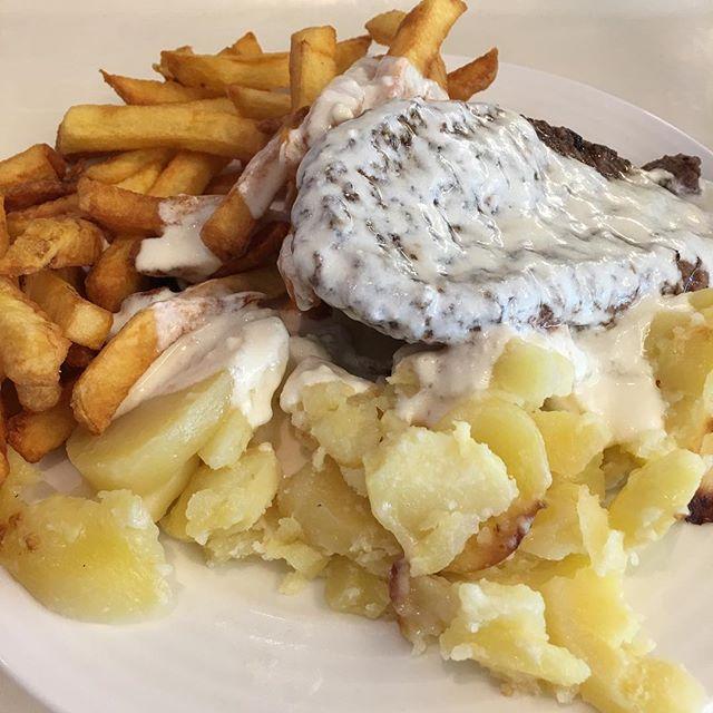Patate et frites, ça fait deux légumes ? Heureusement que la petite sauce au fromage allège tout ça... ^^ #teambouboule