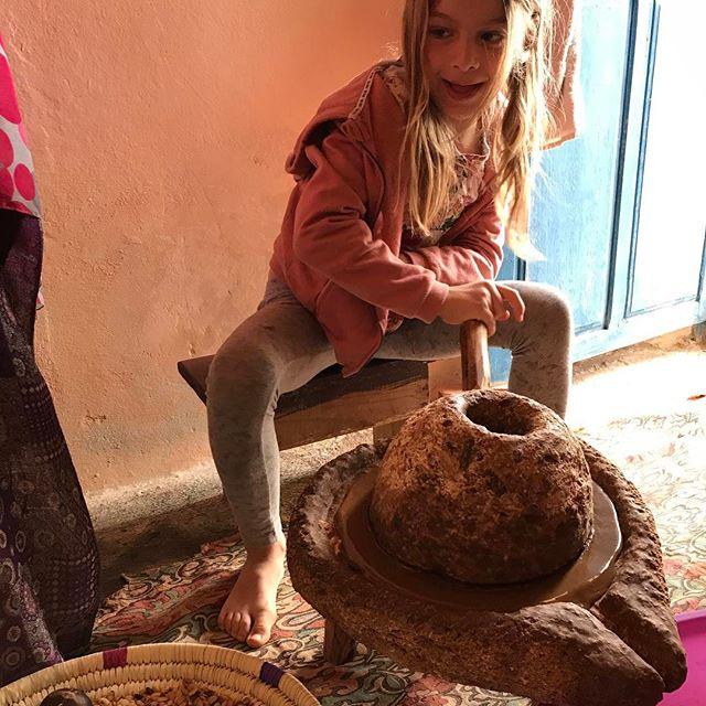 Siloë broie les amandes torréfiées de l'arganier entre deux pierres #huiledargan #essaouira #ciloubidouilleauMaroc