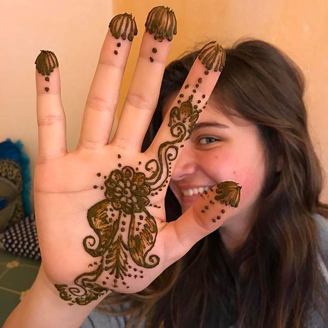 Pendant qu'une équipe fait de l'huile d'argan, l'autre se fait tatouer au henné :) #essaouira #ciloubidouilleauMaroc
