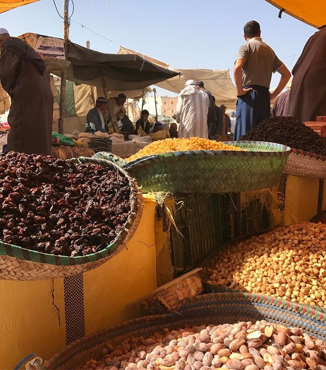 Et partout des paniers remplis de graines, de fruits séchés, de fruits secs... #haddraa #ciloubidouilleauMaroc #essaouira