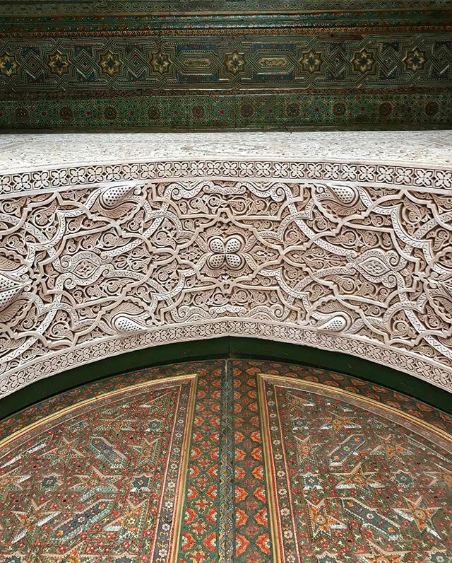 Les artisans magiques qui travaillent le bois, la pierre, qui savent marrier les motifs et les couleurs #kasbahglaoui #telouet #ciloubidouilleauMaroc