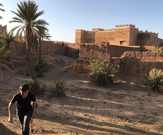 Et partout d'anciennes kasbahs, témoignage du Maroc d'autrefois. On joue aux aventuriers entre les murs rouges abandonnés #agdz #ciloubidouilleauMaroc #kasbah #maroc