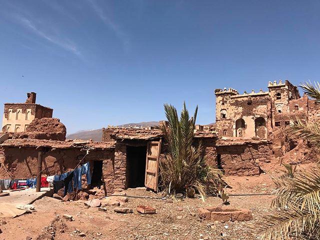 Cet endroit improbable est la kasbah (le palais) d'un pasha du siècle dernier. Il est très dégradé mais à l'intérieur on croise encore des merveilles #telouet #familleglaoui #montagnesAtlas #ciloubidouilleauMaroc