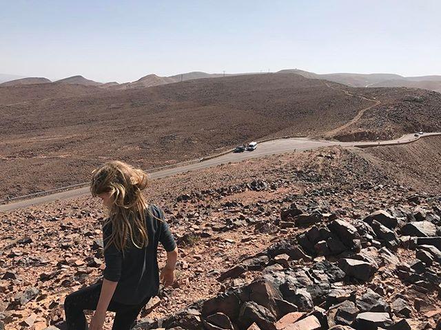 Le paysage devient aride, poussiereux, caillouteux... on va passer la nuit à Agdz (ils ont dû paumer les voyelles ^^) #ciloubidouilleauMaroc