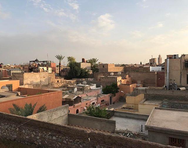 La vue de notre restaurant de ce soir où on fête les 15 ans d'une princesse nommée Maëlle. #marrakech #ciloubidouilleauMaroc