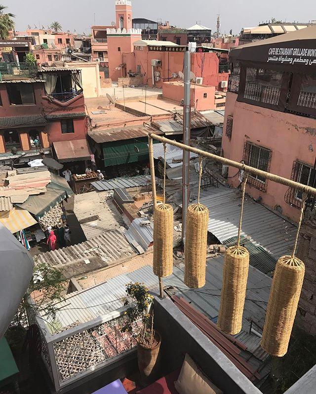 Autre vue des toits de Marrakech :). Richesse et misère qui se cotoient... #marrakech #ciloubidouilleauMaroc