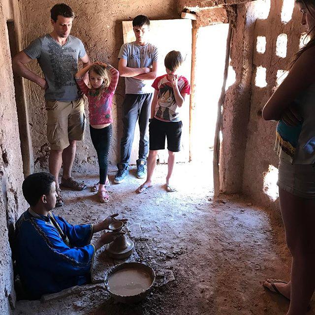 Notre guide nous impose des visites parfois, comme celle de cette fabrique de poteries. Même si ça me gonfle profondemment, on finir toujours par s'intéresser aux choses :) #zagora #désertmarocain #ciloubidouilleauMaroc #maroc