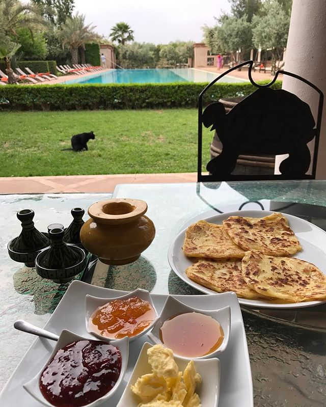Petit dej frisquet (il fait environ 14° le matin, 32° le midi et 25° le soir...). C'est assez agréable en fait :) #marrakech #ciloubidouilleauMaroc