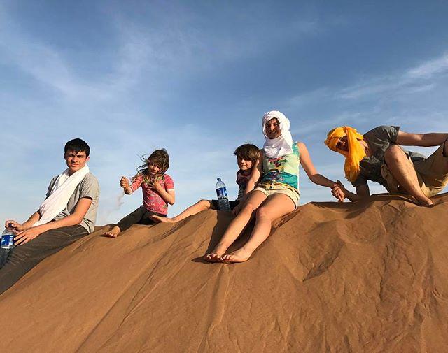 Réunion au sommet (on est sur la plus haute dune en attendant que le soleil se couche) #désertmarocain #chegaga #ciloubidouilleauMaroc #maroc
