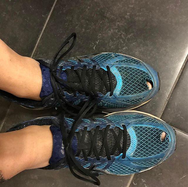 Je suis la fille qui va courir, qui prend bien ses affaires le matin mais qui oublie les chaussettes ! Pis comme ça on voit encore mieux les trous #relou #boulet (tiens, au passage, question aux pros du running : ca se change tous les combien les pompes de course ?)