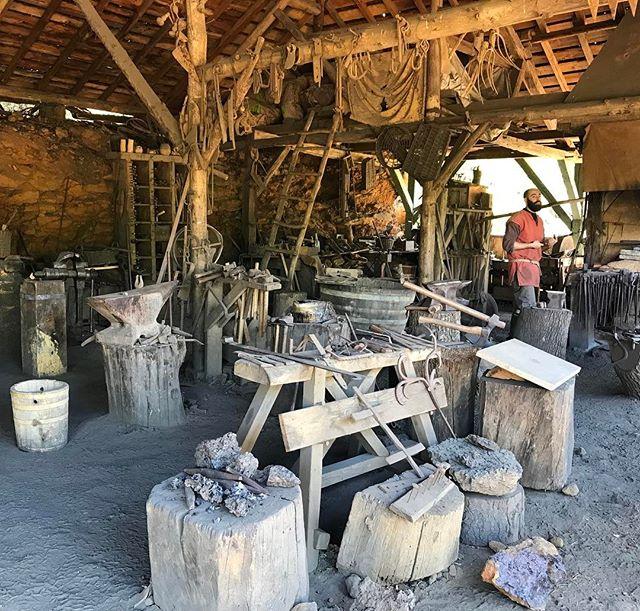 Les artisans qui travaillent tous les jours sur ce chantier gigantesque répondent volontiers à nos questions et c'est passionnant d'appréhender leur quotidien d'artisans moyen-âgeux #ciloubidouillesorties #guedelon