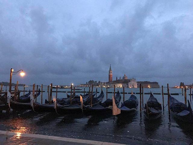 La nuit tombe sur Venise et ses gondoles #ciloubidouilleaVenise #ciloubidouillesorties #venise