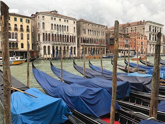 Il pleut sur Venise mais ça n'enlève pas mon sourire !! #ciloubidouilleaVenise #venise #ciloubidouillesorties #pagode