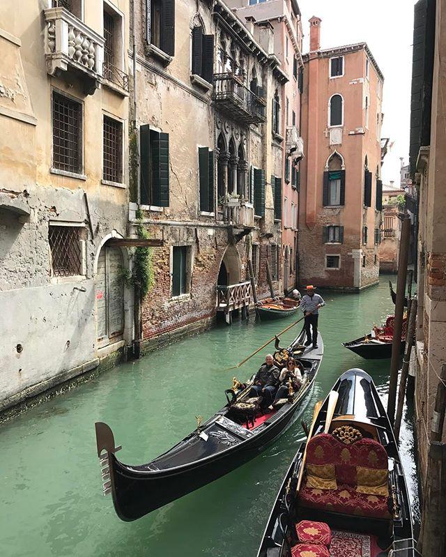 Petit cliché de Venise... on a retouvé un chouette soleil (et les touristes) alors on a fui la foule pour des quartiers moins fréquentés... #venise #ciloubidouilleaVenise #ciloubidouillesorties