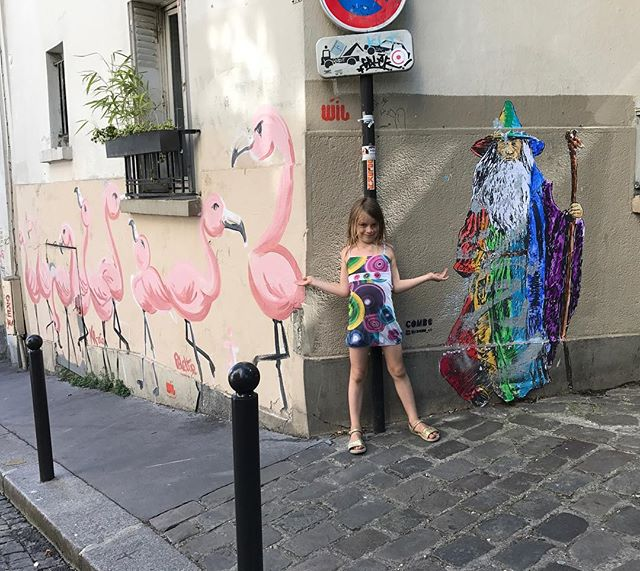 Maman, c'est dingue les dessins ici #montmartre #streetart