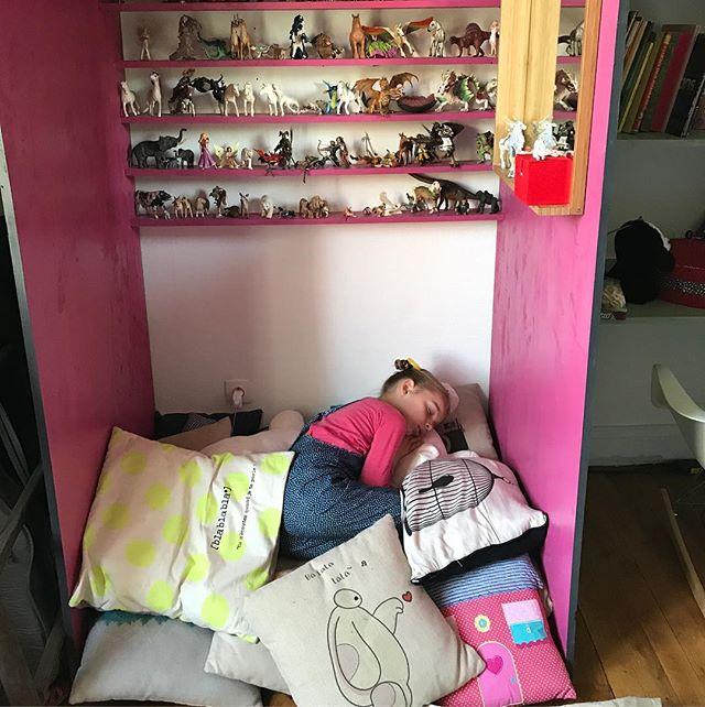"""Ce matin, cette petite fille n'avait pas envie d'aller à l'école. J'ai hésité à la rejoindre en disant """"oki, viens on reste, on n'y va pas"""". Mais j'ai mis mon costume d'adulte et on est toutes les deux parties vers nos activités sociétales. N'empêche, in petto, je me suis dit, un jour, je le ferai. Un jour, je reposerai son sac, le mien, et on ira lire des histoires dans un lit, en riant de la liberté gagnée sur nous-mêmes !"""