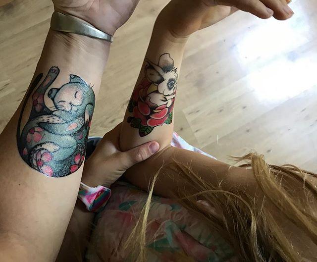 Un chat sur un gros bras de brunette, un lapin sur un petit bras de blondinette. On avait besoin de faire un truc rigolo ce matin toutes les deux, pour se donner du courage :) #tatouageséphémères #ciloubidouilletattoo