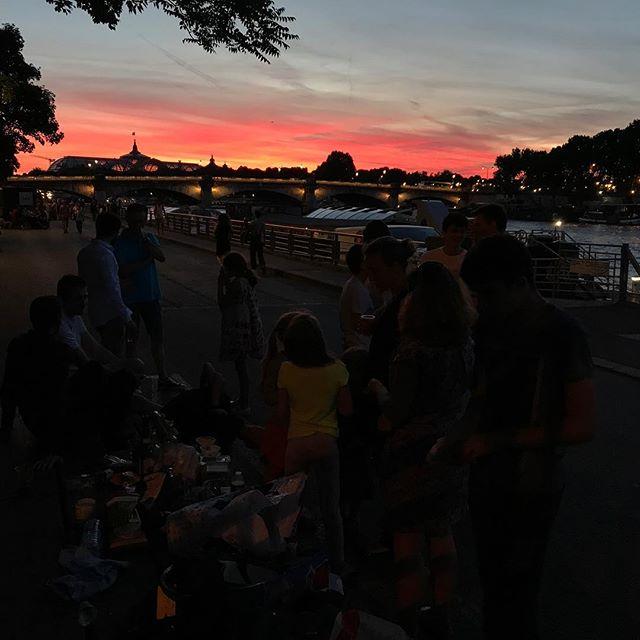 Pique-nique sur les bords de Seine. La belle vie ! #nofilter #parisjetaime #laseine