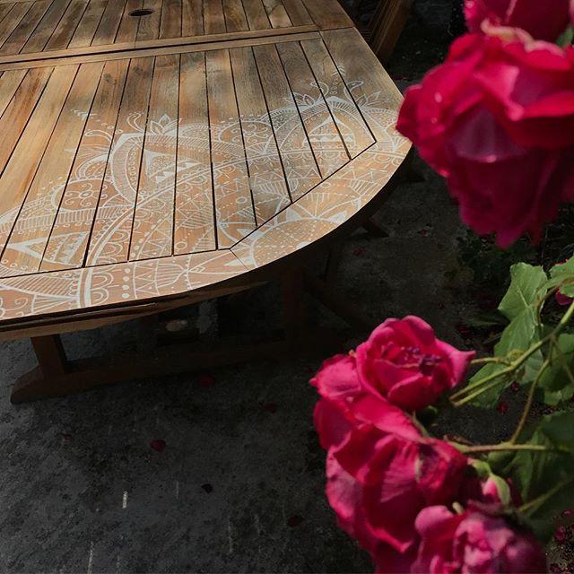 Elle a l'air de vous plaire ma customisation de table de jardin ! Merci de vos messages sur mon blog. Ca booste. #ciloubidouille #posca #gardentable