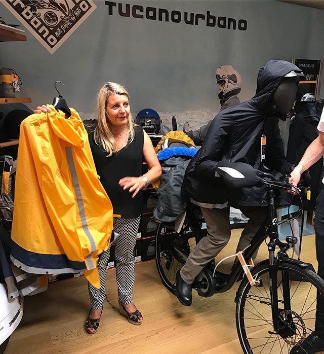 Je suis chez Tucano Urbano qui présente une nouvelle gamme de produits anti-pluie pour le vélo. J'ai juste envie de prendre leur poncho de competition et filer faire un bike trip en Hollande !  Vous avez déjà visité un pays en vélo vous ? #tucanourbano #paris #grandearmée
