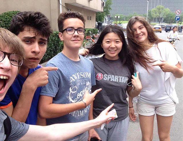 Pendant ce temps-là, Maëlle et Erwan passent 15 jours en Chine à Pékin avec deux copains. Ma soeur les héberge et tous les 4, ils sillonnent la ville et tentent de perfectionner leur chinois ! Là, ils ont accosté une copine de #spartanracefrance visiblement :). #china #pekin #beijing #luckyteens