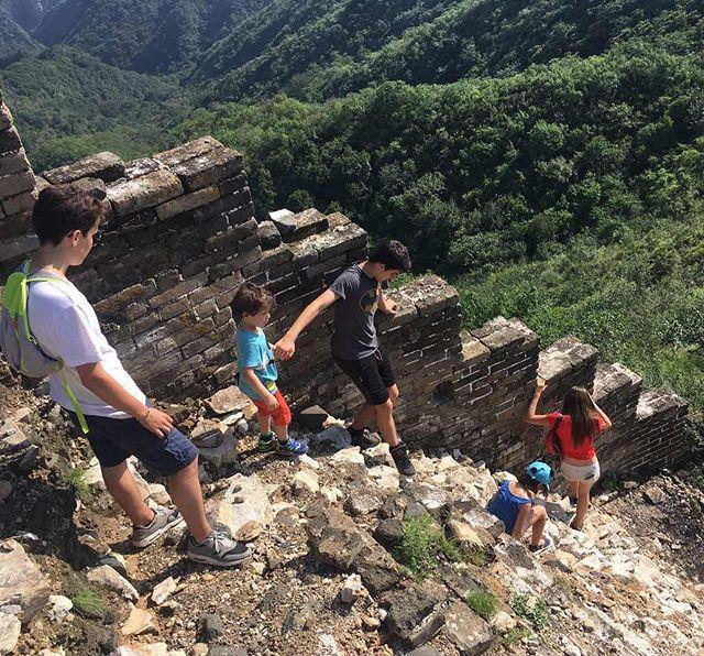 Mes grands sur la muraille de Chine. Il y a les zones touristiques à la Disney et puis il y a des zones plus sauvages...#china #grandemurailledechine