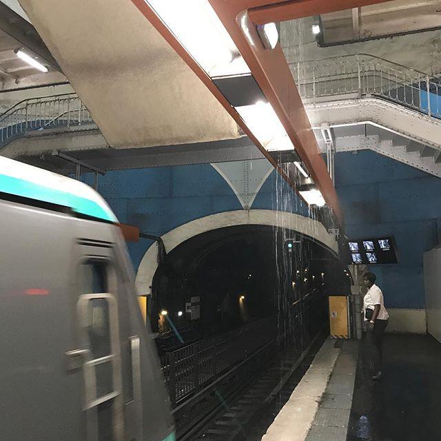 La pluie dans le métro... partout à vrai dire. Quel déluge. Je l'enverrai bien à Camden, pour éteindre le feu qui crame un de mes endroits préférés de Londres.