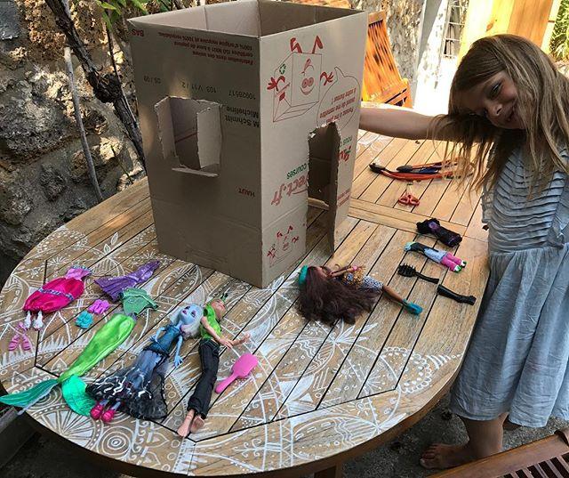 Les cartons de déménagement des copains font de bonnes cabanes pour les poupées visiblement !
