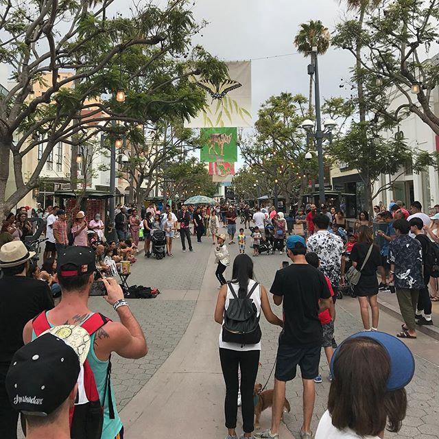 Impressionnée par le nombre de gamins qui font des spectacles de rue (et des sdf d'ailleurs) #santamonica #losangeles #ciloubidouilleinUSA