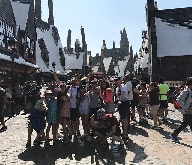 Devant l'entrée de la zone Harry Potter du parc #gniiii (on voyage à 16 personnes) #losangeles #universalstudioshollywood #ciloubidouilleinUSA