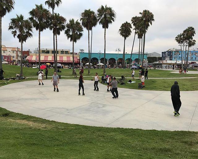 En face du skate parc, la piste pour ceux qui font du roller (et qui dansent en musique) #venice #losangeles #ciloubidouilleinUSA