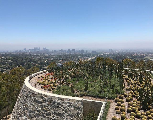 Los Angeles au loin. Nous sommes allés au Getty Center, un grand musée en hauteur à 20mn du centre #losangeles #ciloubidouilleinUSA #gettycenter