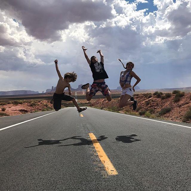 Je crois que ces trois-là passent de bonnes vacances :) #monumentvalley #ciloubidouilleinUSA