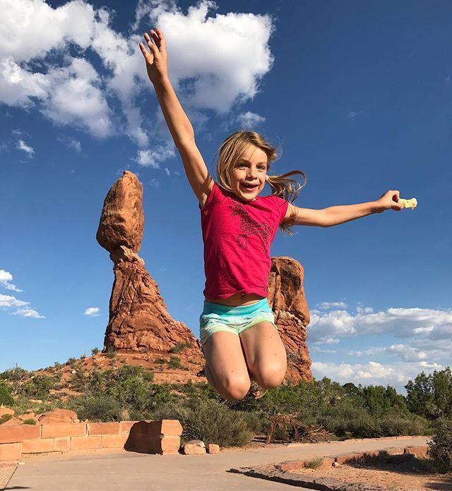 Dans la famille des jumpers fous, je demande ma Siloë ! Elle grandit, c'est fou ! #arches #archesparkmoab #moab
