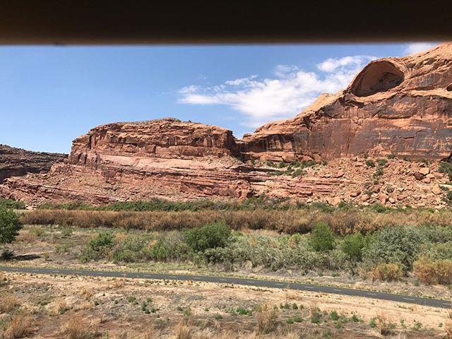 Photo prise de la voiture. Vous voyez la tête de crocodile ? #moab #ciloubidouilleinUSA