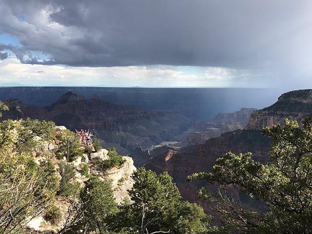 Moisson de bras levés devant le Grand Canyon ! L'endroit est majestueux. Pis on a eu du beau temps pendant notre balade (l'endroit est connu pour une météo pluvieuse). Au loin, un orage... #grandcanyon #northrimgrandcanyon #ciloubidouilleinUSA