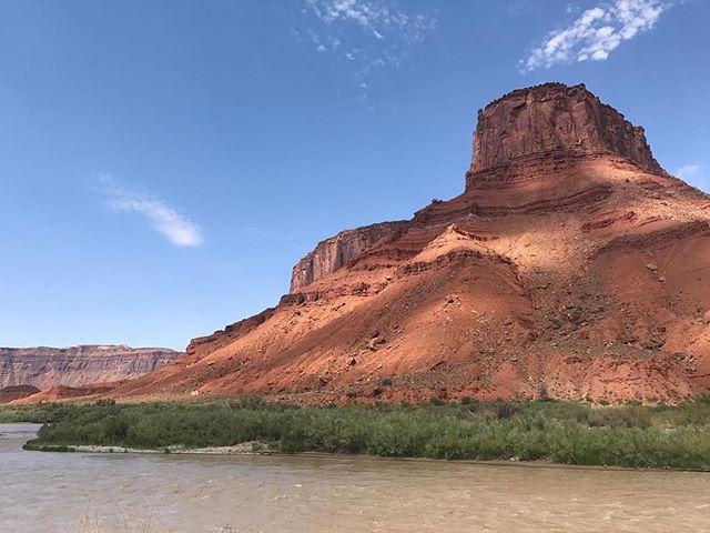 Pagayer au milieu de ces montagnes ocres, quelle chance ! #moab #happy #ciloubidouilleinUSA