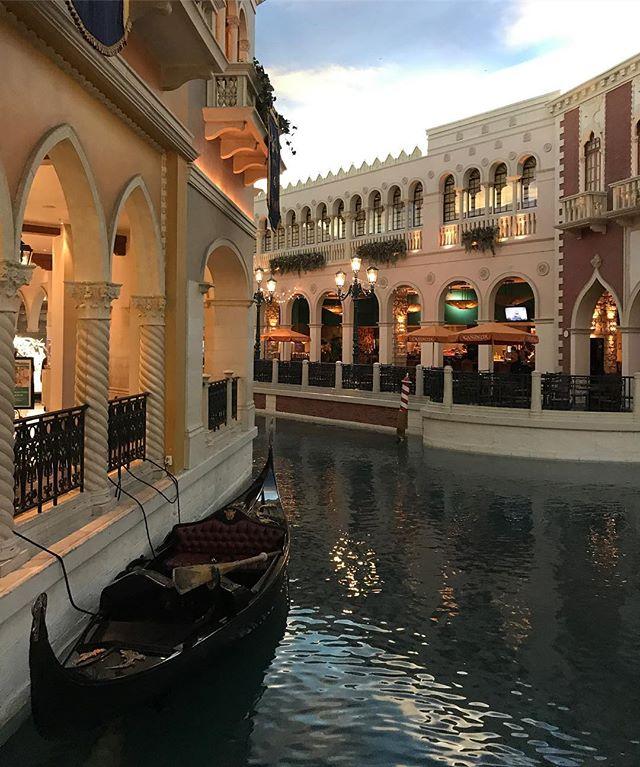 À Las Vegas, comme à Macau, l'hôtel le Venitian propose ses gondoles dans les étages !!! C'est tjrs étonnant de monter et de tomber sur des canaux... #lasvegas #venitian #ciloubidouilleinUSA