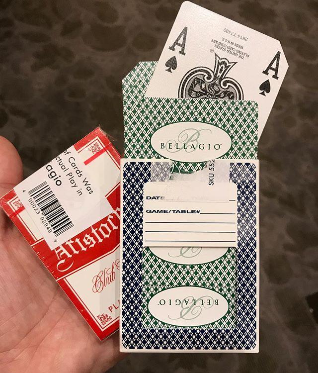 On a acheté des cartes usagées du Bellagio. Une fois jouées par les clients du Casino, elles sont découpées dans un coin et revendues 1$ le paquet :) #lasvegas #bellagio #ciloubidouilleinUSA