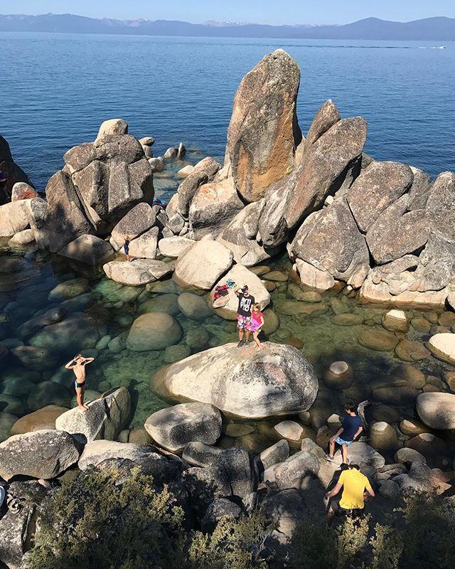 Notre spot de baignade au lac Tahoe (sachant qu'au départ on avait visé une vraie crique mais qui s'est avérée être une plage de nudistes). #laketahoe #tahoe #ciloubidouilleinUSA