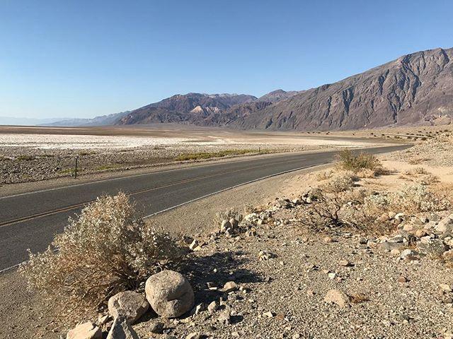Death Valley... on est en-dessous du niveau de la mer, la voiture indique presque 50°C... quand on sort de notre véhicule et de sa clim, c'est comme si on mettait la tête dans le four avec chaleur tournante ! #deathvalley #ciloubidouilleinUSA