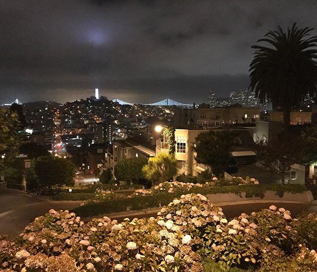 Lombard street, de nuit et de tout en haut :) #sanfrancisco #ciloubidouilleinUSA