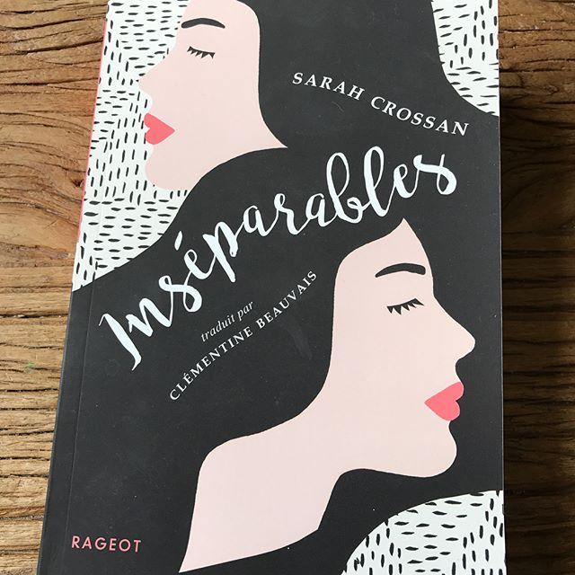 """""""Inséparables"""" de Sarah Crossan, un joli livre pour ado. L'histoire de soeurs siamoises qui font leur entrée au lycée alors qu'elles ont toujours été scolarisées à la maison."""